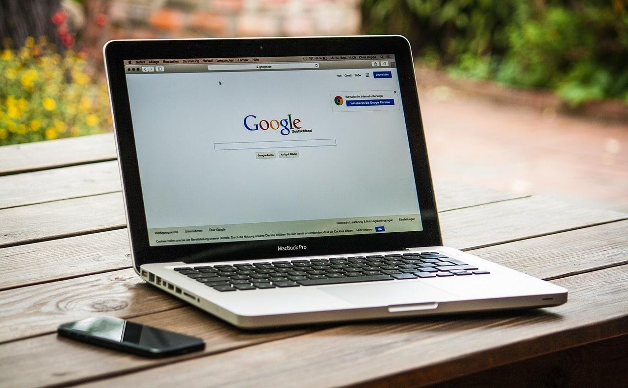 O SEO consiste em estratégias que otimizam páginas da internet (sites, blogs, lojas virtuais), para que tenham uma posição boa nos resultados de busca em plataformas de pesquisa